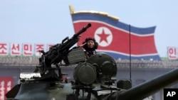 Vojnik Severne Koreje na tenku tokom današnje parade u Pjongjangu