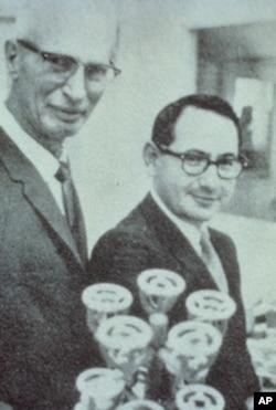 斯塔尔和人造冠状瓣膜的另一位发明人洛厄尔.爱德华兹