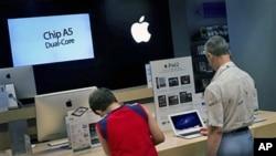 消费者光顾马德里的一家苹果分店