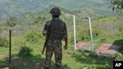 Hindiston askari Kashmirdagi chegara postida, 17-avgust, 2015-yil
