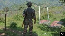 Binh sĩ Ấn Độ canh giữ gần khu vực Balakot ở Poonch, Jammu và Kashmir, Ấn Độ, ngày 17/8/2015.