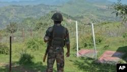 لائن آف کنٹرول کے قریب تعینات بھارتی فوجی (فائل فوٹو)