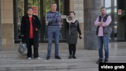 """Skup """"Zaustavite nasilje nad novinarima"""" ispred Tužilaštva za visokotehnološki kriminal, u Beogradu, 19. aprila 2019."""