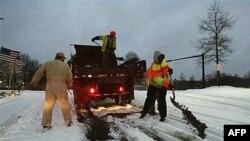 Công nhân đang đang dọn dẹp đường vào sáng sớm sau bão tuyết thành phố Johns Creek, bang Georgia