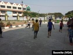 Pengungsi anak saat bermain di halaman depan bekas kantor Kodim di Kalideres. (Foto: VOA/Sasmito)