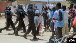 Polícia de Intervenção Rápida de Angola agindo contra manifestantes (Arquivo)