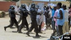 Manifestantes disperados em frente a prisão de Luanda - 2:06