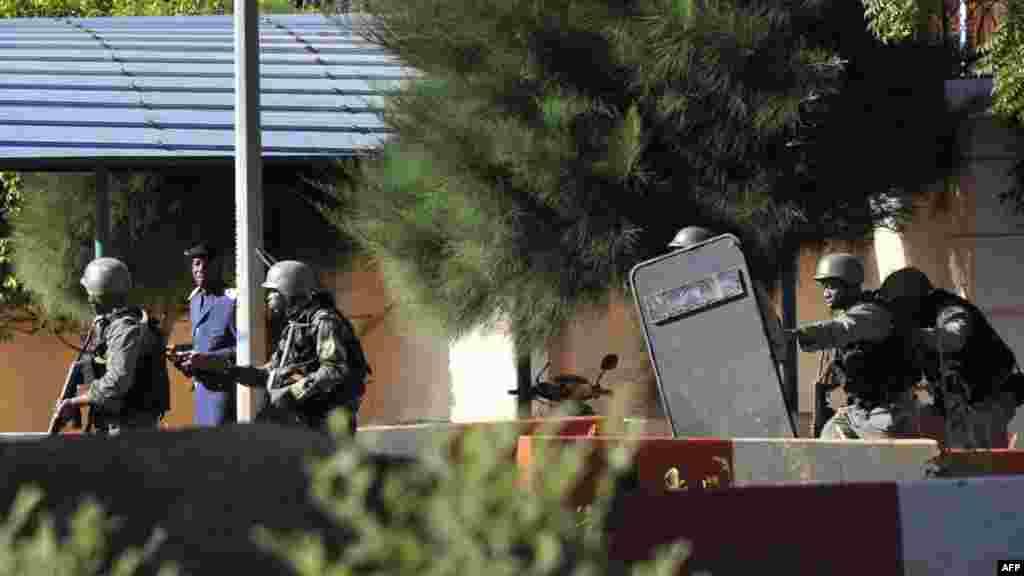 نیروهای مالی خارج هتل آماده می شوند که به داخل هتل محل حضور گروگانگیرها حمله کنند.