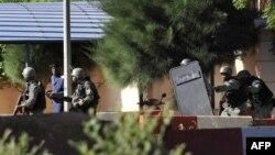 在巴马科的丽笙酒店外的马里特种部队士兵。(2015年11月20日)