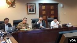 "Dari ki-ka: moderator, pakar managemen Rhenald Kasali, Deputi II Kantor Staf Kepresidenan Yanuar Nugroho, pengamat hukum Ruhut Sitompul, dalam acara ""Diskusi Publik Empat Tahun Melawan Korupsi,"" di Kantor Staf Presiden, di Jakarta, Senin (7/1) (VOA/Ghita"