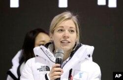 지난 4일 평창동계올림픽 여자아이스하키 남북한 단일팀이 스웨덴과 평가전을 가진 후 새라 머리 감독이 기자회견을 하고 있다.