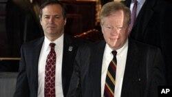 Đặc sứ Mỹ Robert King (phải) và ông Jon Brause, giới chức cao cấp của cơ quan viện trợ Mỹ USAID gặp các nhà báo trước khi rời cuộc họp ở Bắc Kinh