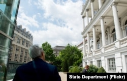 US Secretary of State John Kerry watches as Iranian Foreign Minister Zarif answers shouted questions amid nuclear negotiations in Vienna, Austria, July 10, 2015.
