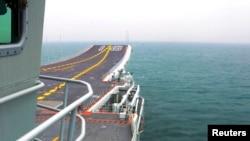 中国的第一艘艘航母辽宁号(资料照片)