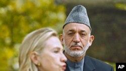 20号美国国务卿克林顿和阿富汗总统卡尔扎伊在喀布尔联合记者会上