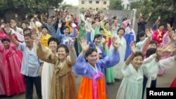 북한 평양 장충성당에서 지난 2003년 남북한 합동 미사를 봉헌한 후 북한 신자들이 떠나는 한국 신자들을 향해 손을 흔들고 있다. 탈북자들은 외부 선전용 성당이라고 증언하고 있다. (자료사진)