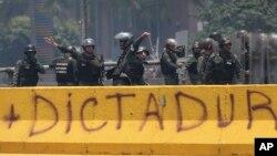 Oficiales de la Guardia Nacional Bolivariana de Venezuela manifestantes durante una protesta en Caracas. Abril 10, 2017.