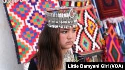 بازدید دخترک خورد سال از نمایشگاه سه روزه صنایع دستی در مرکز ولایت بامیان