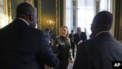 Hillary Clinton (au centre) s'entretient avec des membres de la délégation nigériane à la conférence sur la Somalie (23 février 2012)