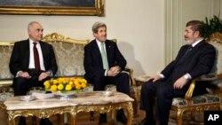 Мохаммед Камель Амр, Джон Керри и Мохаммед Мурси на встрече в Каире, Египет. 3 марта 2013 года