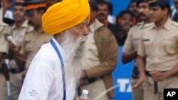 အသက္ ၁၀၁ ႏွစ္ရွိၿပီျဖစ္တဲ့ ကမၻာ့အသက္ႀကီးဆံုး မာရသြန္အေျပးသမား Fauja Singh။ (ဇန္န၀ါရီလ ၂၀ ရက္၊ ၂၀၁၃)။