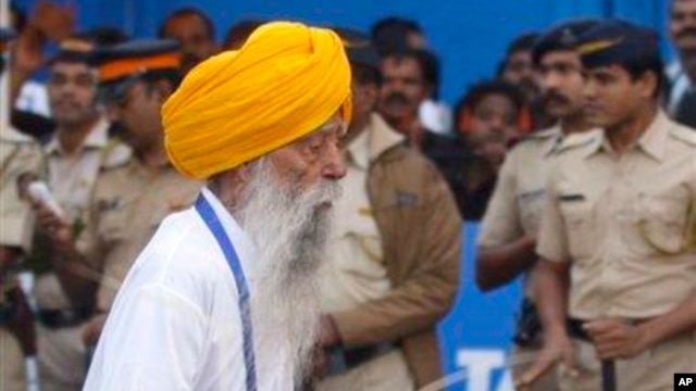 Pelari Inggris berusia 102 tahun, Fauja Singh, saat berpartisipasi dalam maraton di Mumbai, India (20/21). (AP/Rafiq Maqbool)