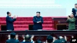 지난 4월 열린 최고인민회의에서 최룡해 국가체육지도위원장(오른쪽)이 김정은 북한 국방위 제1위원장(가운데)의 옆 자리에 앉았다.