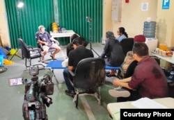 Protokol jaga jarak dan pemakaian masker ketat diberlakukan di lingkungan pekerja media. (foto: Febri Hari Waspodo)