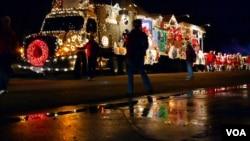 夜色中的圣诞颂歌卡车(美国之音国符拍摄)