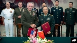 美军参谋长联席会议主席邓福德与中国人民解放军总参谋长房峰辉在北京八一大楼签署协议后握手(2017年8月15日)