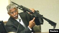 Сотрудник ATF держит в руках винтовку Bushmaster M-4