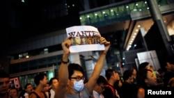Para demonstran Hong Kong menuntut para oknum polisi yang memukuli demonstran agar dipecat (15/10).