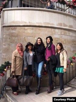Anin bersama keluarga dan Miss Universe Indonesia 2014, Elvira Devinamira (ke-3 dari kiri) (foto/dok: Ari Sufiati)