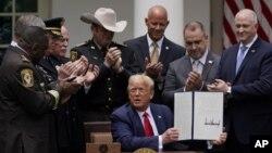 Tổng thống Donald Trump ký lệnh cải tổ ngành cảnh sát tại Vườn Hồng Tòa Bạch Ốc ngày 16/6/2020.