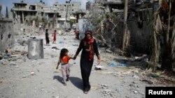 Palestinka i devojčica po povratku u Beit Hanun u Pojasu Gaze, 5. avgust 2014.