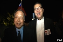 洛杉矶中华会馆前任主席马国威和现任伍尚齐(戴眼镜者)(美国之音包小祥摄影)