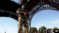 ທະຫານຝຣັ່ງ ຢືນຍາມທີ່ຫໍຄອຍ Eiffel (29 ກັນຍາ 2010)