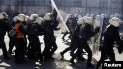 쿠르드족 시위대를 진압하는 터키 경찰들(자료사진)