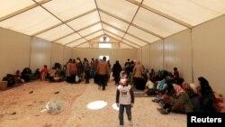 Para pengungsi Suriah mendaftarkan nama mereka setibanya di kemah penampungan pengungsi Al Zaatri di kota Mafraq, dekat perbatasan Suriah (Foto: dok).
