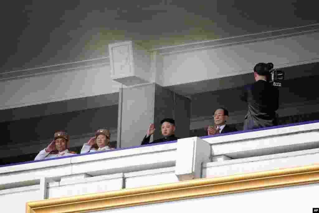 Tân lãnh đạo Bắc Triều Tiên Kim Jong Un (thứ nhì từ bên phải), đứng duyệt binh (Hình: Sungwon Baik/VOA)