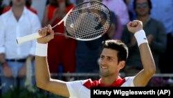Novak Đoković slavi pobedu nad Adrijanom Manarinom u četvrtfinalu turnira u Kvins klubu (Foto: AP/Kirsty Wigglesworth)