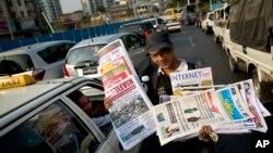 1일 버마 랑군 시에서 교통체증을 틈타 신문을 파는 외판원.