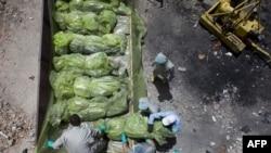Người tình nguyện đang làm công việc chôn cất người chết ở Misrata, Libya, theo tín ngưỡng, và để giữ vệ sinh cho môi trường, ngày 7 tháng 5, 2011.