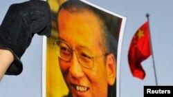 一名抗议者手举刘晓波海报