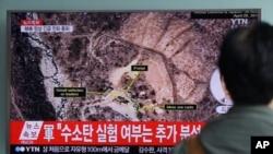 Một người xem tin tức truyền hình về vụ thử nghiệm hạt nhân của Bắc Triều Tiên tại Ga Seoul ở Seoul, Hàn Quốc, 9/9/2016.