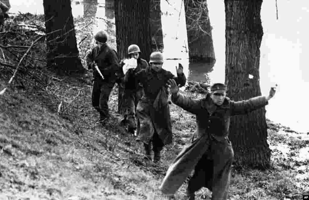 امروز در تاریخ: سال ۱۹۴۵ – تسلیم سربازان آلمانی به آمریکاییها در جنگ جهانی دوم، رود رور در آلمان.