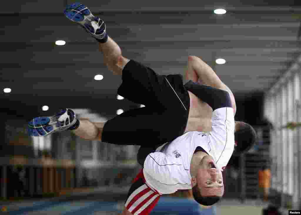 El austriaco, Amer Hrustanovic, de 23 años; se entrena en Salzburgo antes de partir a Londres para participar en la competencia de lucha grecorromana.