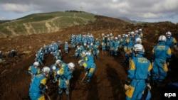 Regu penyelamat terus melakukan pencarian korban tanah longsor akibat gempa bumi di Minamiaso, Kumamoto, Jepang (17/4).