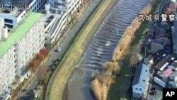 Foto yang diambil dari gambar video yang dirilis Kepolisian Prefektur Miyagi memperlihatkan air mulai naik membanjiri sungai Sunaoshi di Tagajo, pada 22 November 2016. Gempa bumi kuat mengguncang timur laut Jepang, Selasa yang membuat warga menyelamatkan diri ke dataran yang lebih tinggi.