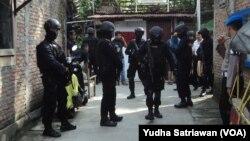 Densus dan polisi bersenjata lengkap dalam operasi penggeledahan di rumah terduga teroris (foto: ilustrasi).